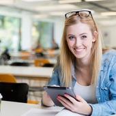 zadowolona studentka studiów podyplomowych w ISP