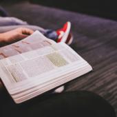 Chłopak czyta książkę na studiach podyplomowych