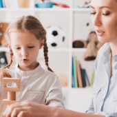 kobieta prowadzi zajecia z dzieckiem z edukacja