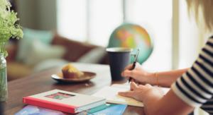 Kobieta, która uczy się przy biurku