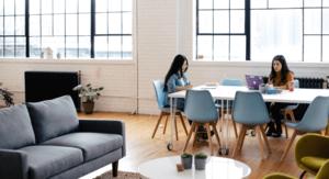 Studiujace osoby w biurze