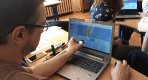 mezczyzna programuje robota na studiach podyplomowych