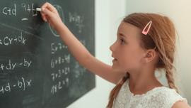 dziewczynka rozwiazuje zadanie na tablice