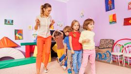 wychowawczyni bawi sie z dziecmi w klasie