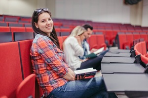 usmiechnieta dziewczyna na studiach podyplomowych