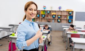 uśmiechnięta nauczycielka w gabinecie